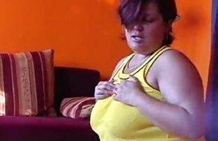 सुनहरे बालों वाली बेब स्ट्रिप्स और उंगलियों के सेक्स हड मूवी साथ
